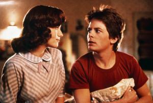 Der Teenager Marty (Michael J. Fox) wird mit der Zeitmaschine in das Jahr 1955 katapultiert, wo sich seine eigene Mutter (Lea Thompson) unsterblich in ihn verliebt.